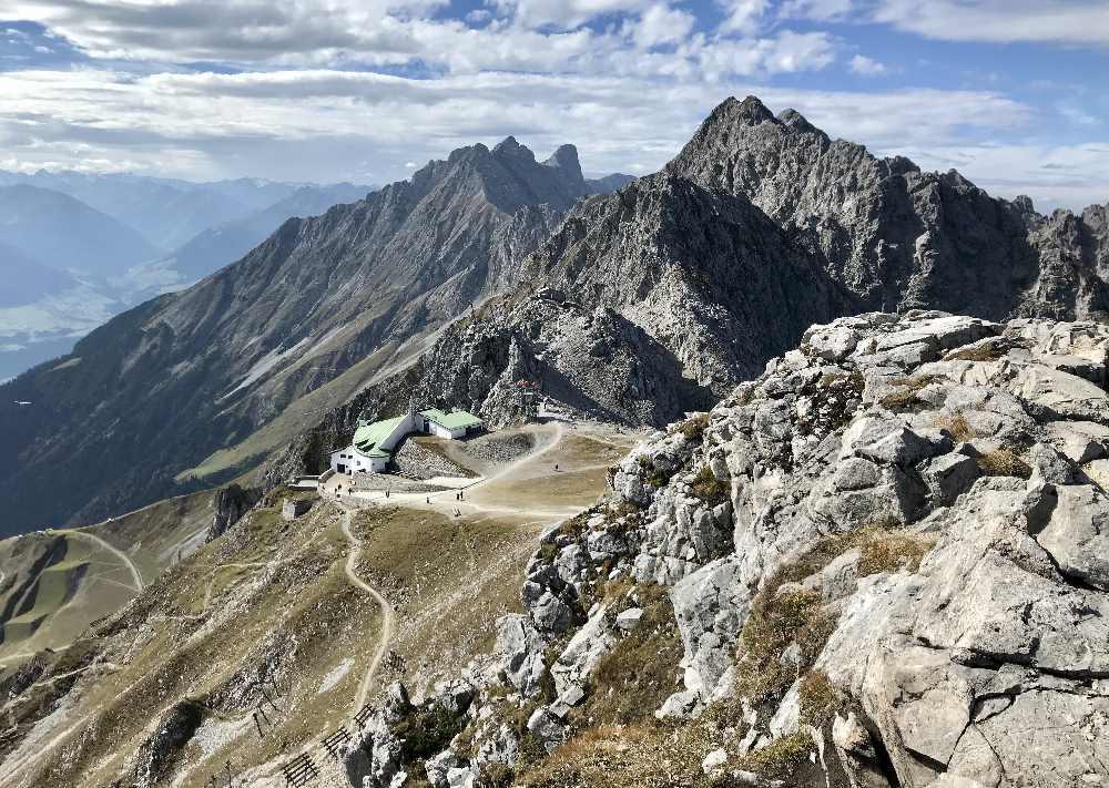 Auf der Nordkette in Innsbruck - schöner Blick über das Karwendelgebirge und die Stadt