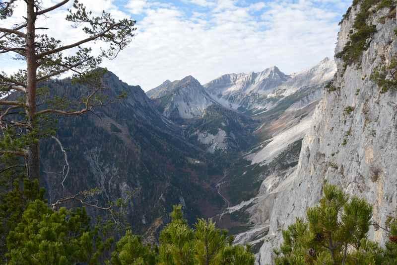 Unterhalb der Hüttenspitze gibt es einen Blick in das Halltal im Karwendel