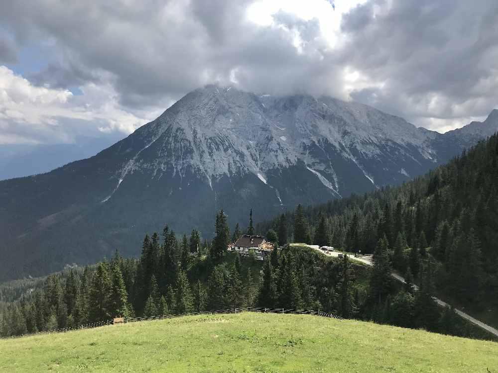 Hüttentour Wettersteingebirge - Eindrucksvolle Kontraste mit grünen Almwiesen und grauen Felswänden