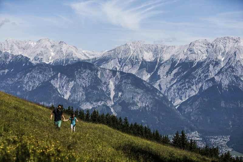 Wandern mit Gepäcktranspor in den Tuxer Alpen, Bild: TVB Hall Wattens