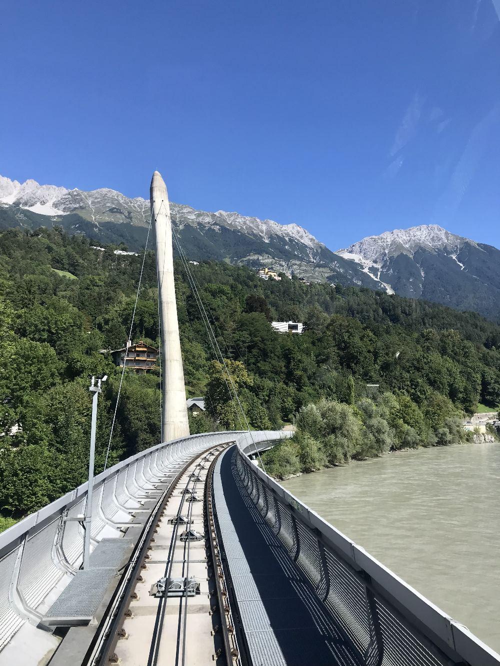 """Hungerburgbahn Innsbruck - die Bahn fährt von der Innenstadt über den Inn und hinauf nach """"Hoch Innsbruck"""""""