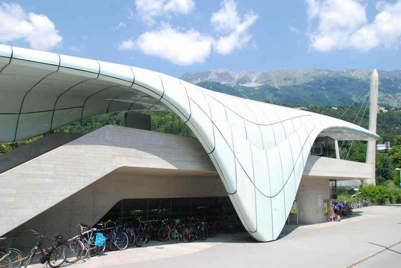 Direkt in der Stadt Innsbruck steht die Talstation der Hungerburgbahn, sie geht in den Stadtteil Hungerburg im Karwendel