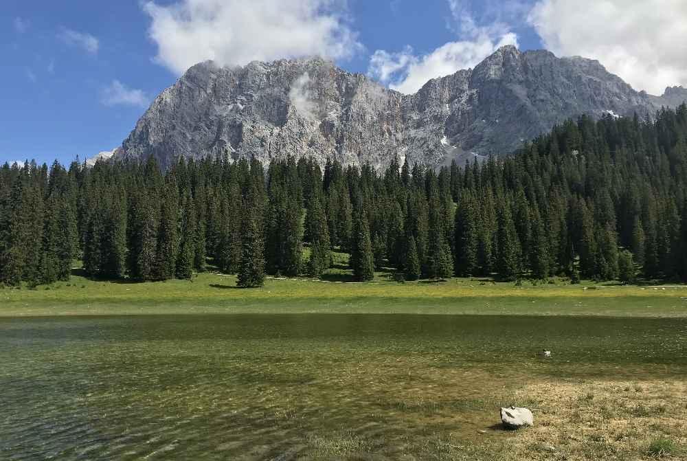 Der Blick über den Igelsee auf das Wettersteingebirge