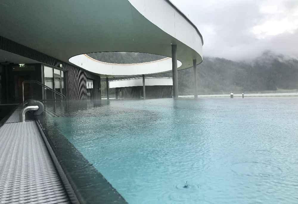 Atoll Achensee: Der Infinity Pool, auch bei Regen fein, weil teilweise überdacht!