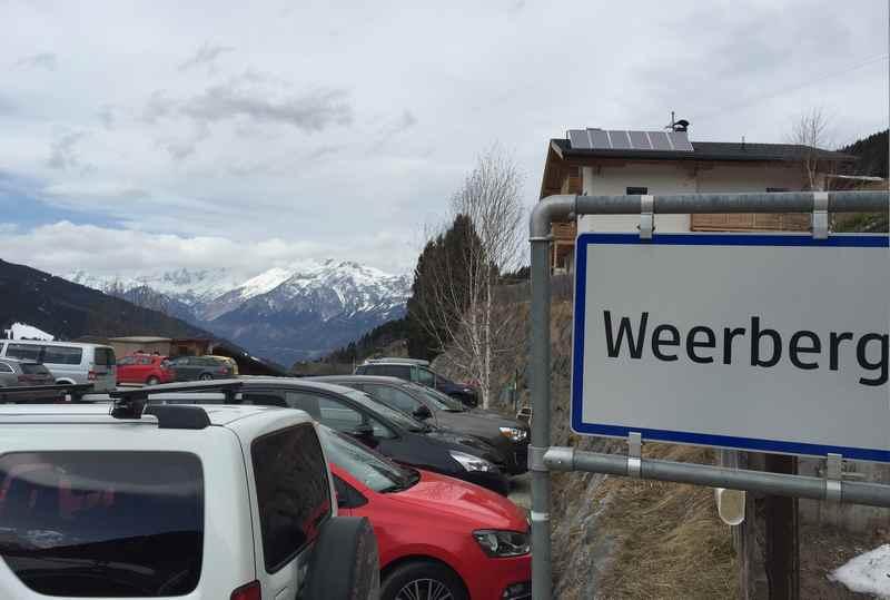 Das ist der Ortsteil Innerst in Weerberg. Ausgangspunkt für Touren in den Tuxer Alpen. Am Horizont ist das Karwendel zu sehen.