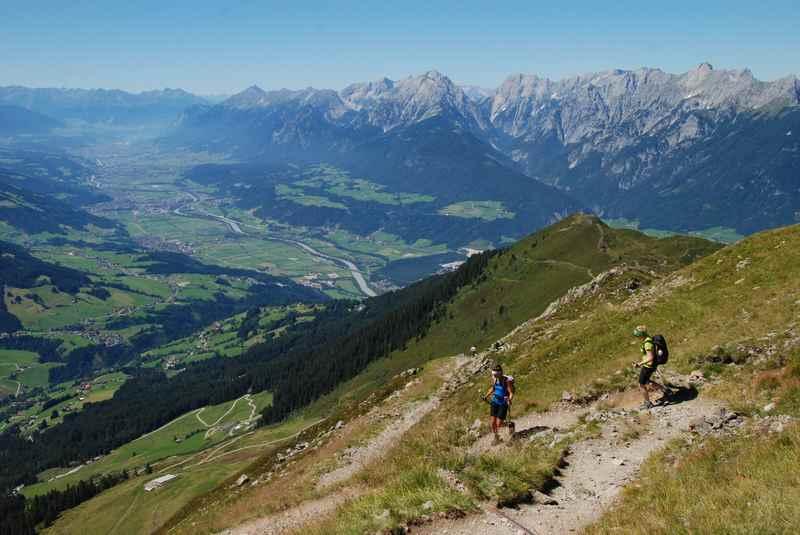 Hier der Ausblick von den Tuxer Alpen ins Karwendel, unten das Inntal mit Innsbruck. Eine feine Hüttenwanderung in Tirol