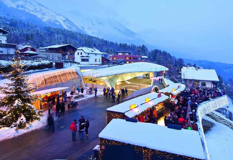 Der Hungerburg Weihnachtsmarkt über der Stadt Innsbruck, im Karwendel; Foto: Christof Lackner,