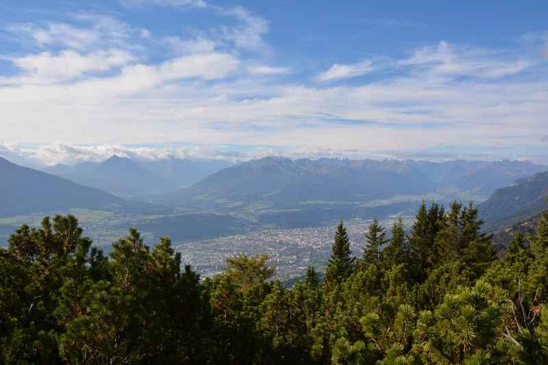 Direkt auf der Wanderung oberhalb des Halltal - der Blick nach Innsbruck