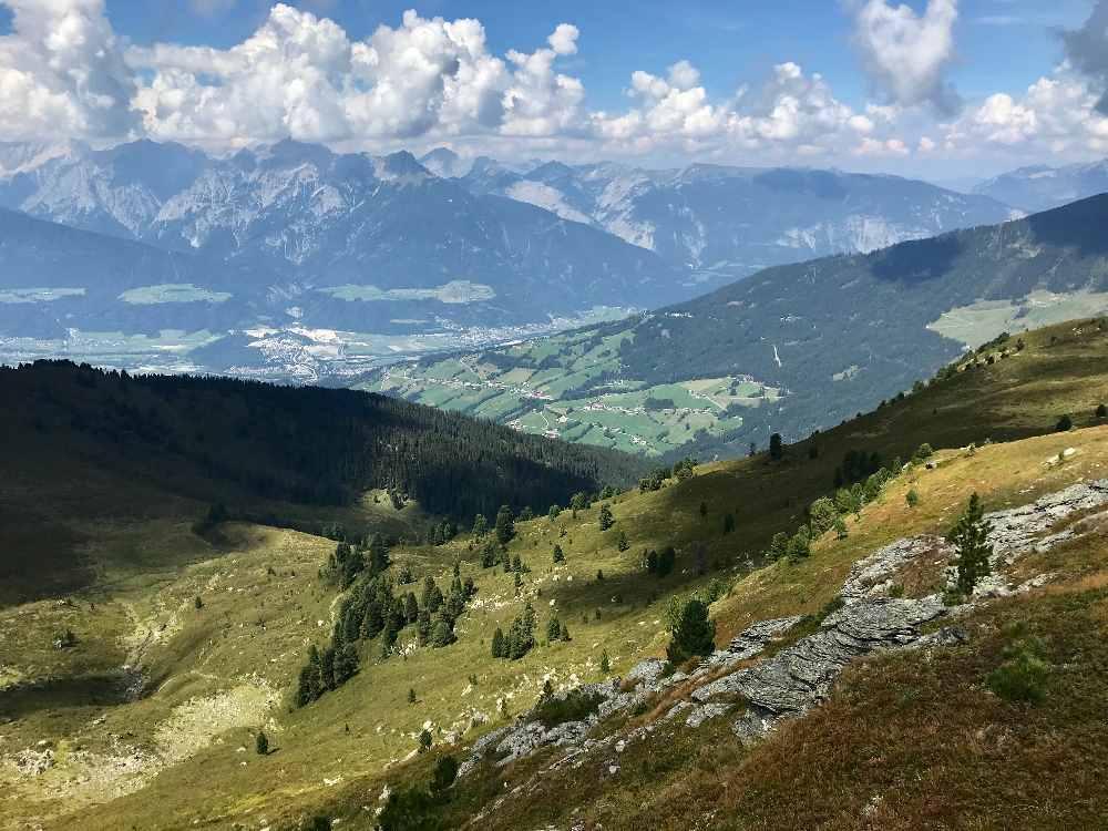 Auf dem Inntaler Höhenweg wandern in den Tuxer Alpen, oberhalb des Inntals