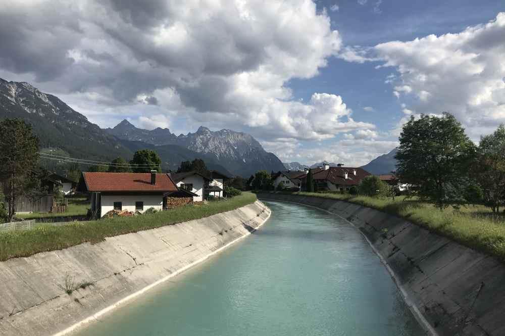 Das ist der Isarkanal bei Wallgau, gesehen auf der letzten Brücke, bevor die Isar in den Berg fließt
