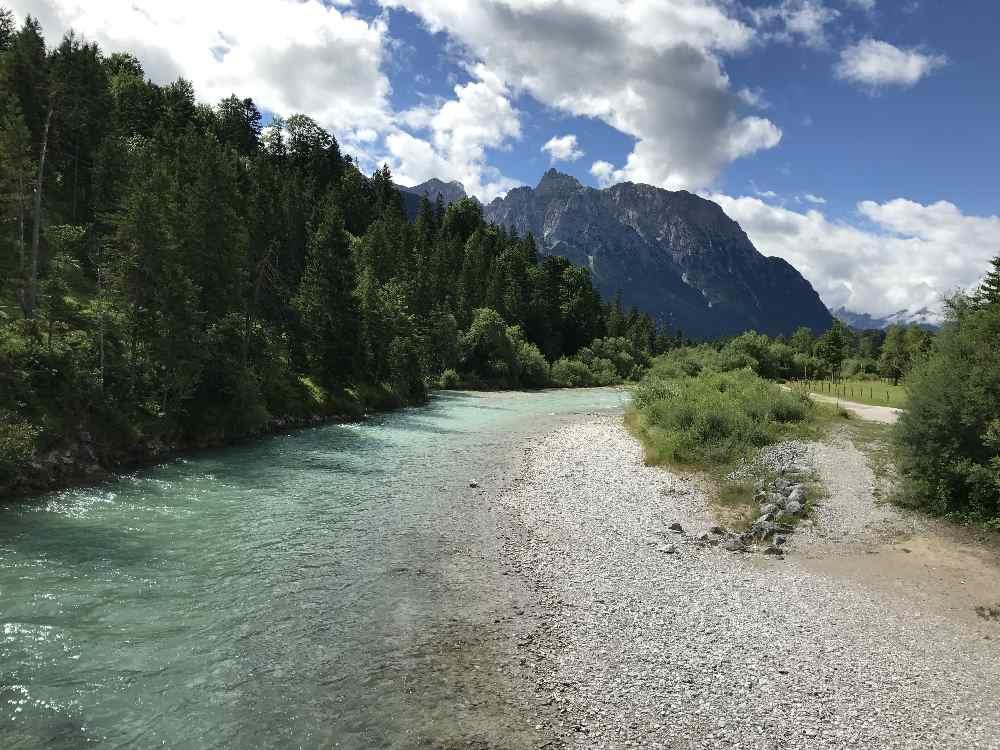 Die Isar in Krün - türkisblaues Wasser mit dem Karwendel