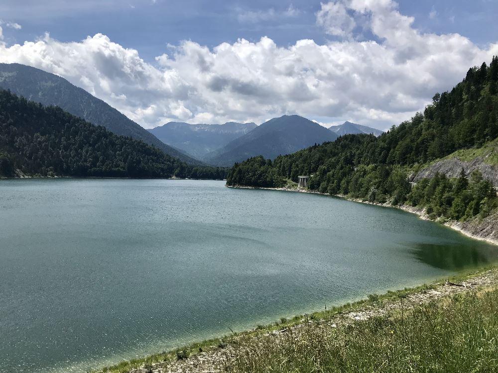 Der Isar Radweg führt direkt am Sylvensteinsee vorbei