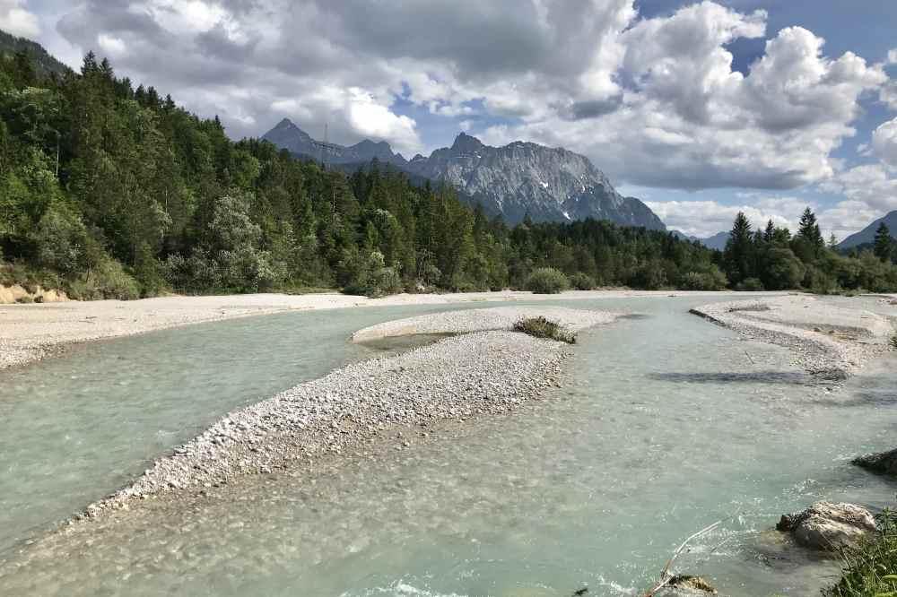 Das liebe ich an der Isar: Die tolle Flußlandschaft mit den türkisgrünen Wasser und dem Karwendel, wie hier in Krün