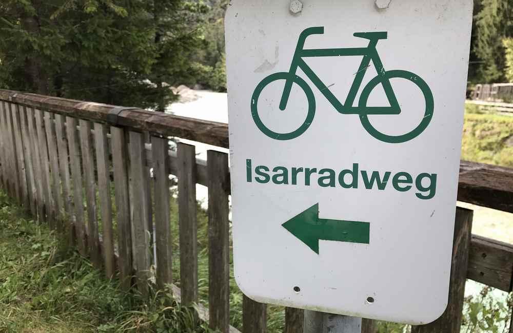 Gute Beschilderung: Auf dem Isarradweg fahre ich bergauf, hinein ins Karwendel