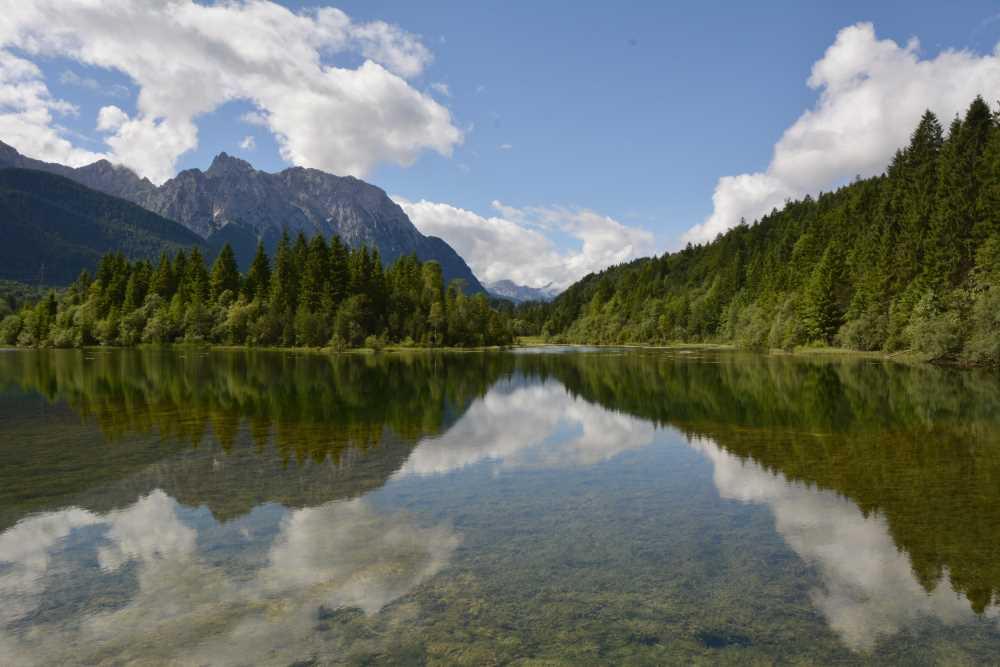 Der schöne Isarstausee in Krün - ein leichter Weg führt um den See