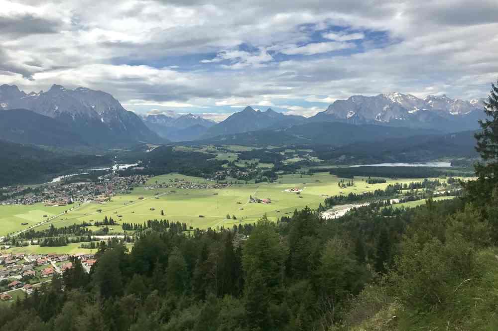 Das ist Blick vom Krepelschrofen bei Wallgau über das obere Isartal