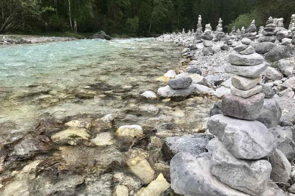 Wunderbar: Die vielen Steinmandln im Hinterautal auf der E-Biketour zum Isarursprung
