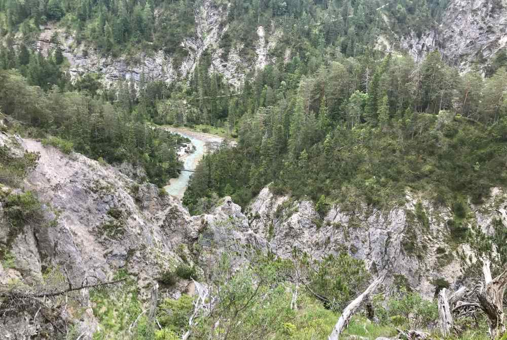 Der Blick vor der Gleirschhöhe auf die Isar mit den Felsen