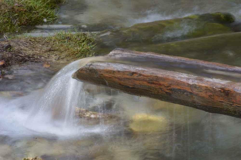 Das glasklare 4-6 Grad kalte Wasser beim Isarursprung im Hinterautal