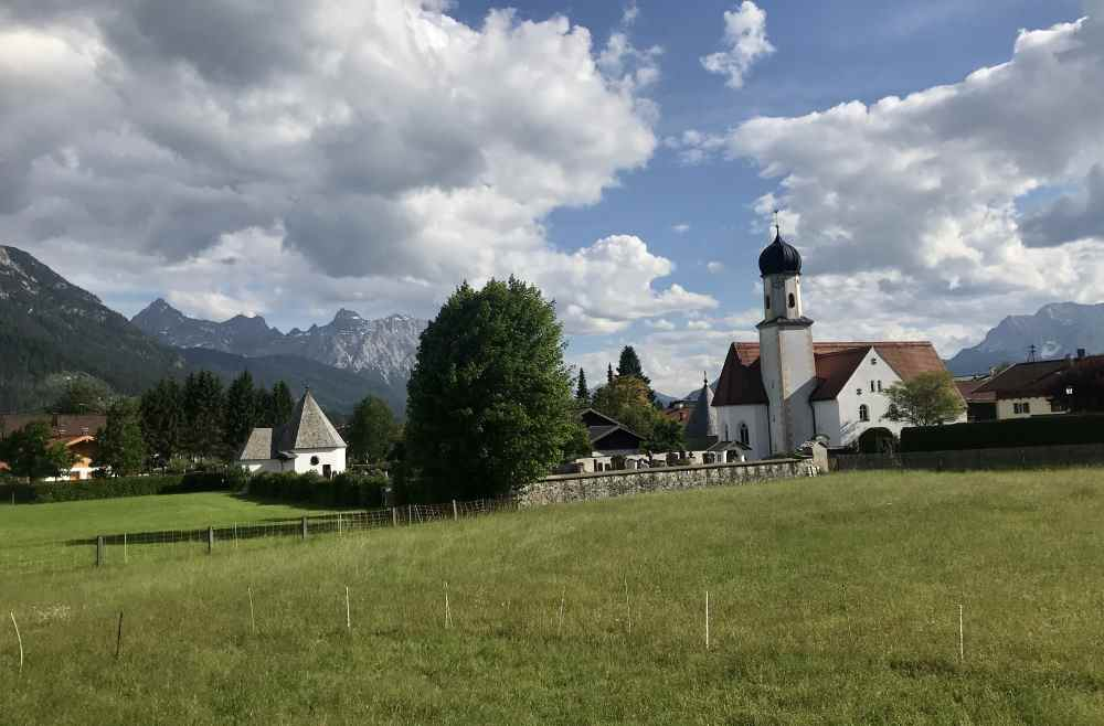 Die Zwiebeltürme der Kirchen zieren die Orte im Isarwinkel
