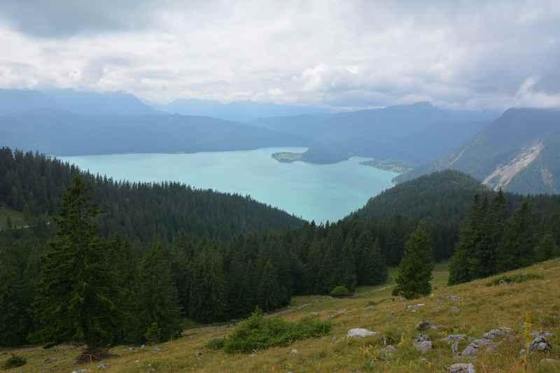 Blick von der Jachenau auf den Walchensee in Bayern