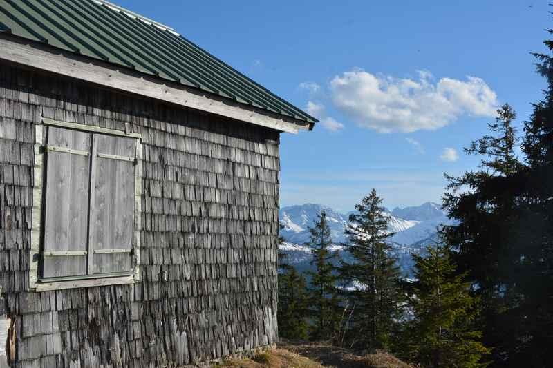 Schön liegt die Jagdhütte unterhalb des Dürrenbergjochs im Karwendel
