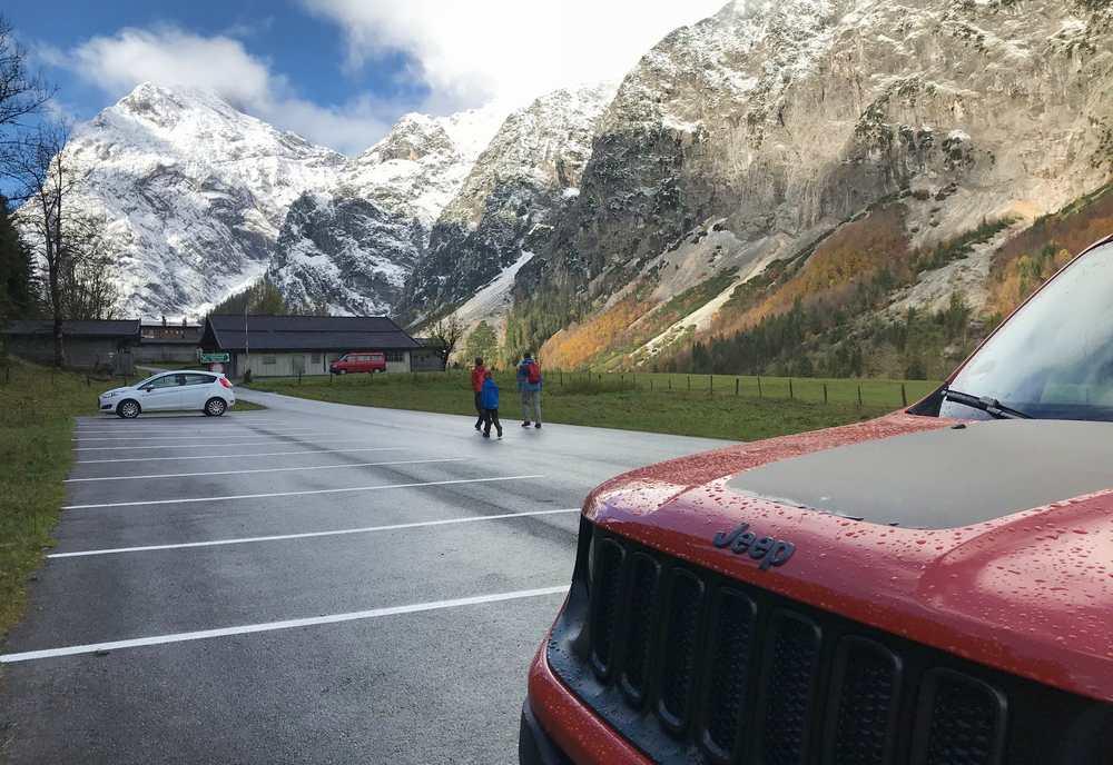 Wir fahren bis zum Parkplatz bei der Falzthurnalm - die Berge des Karwendelgebirge sind weiß