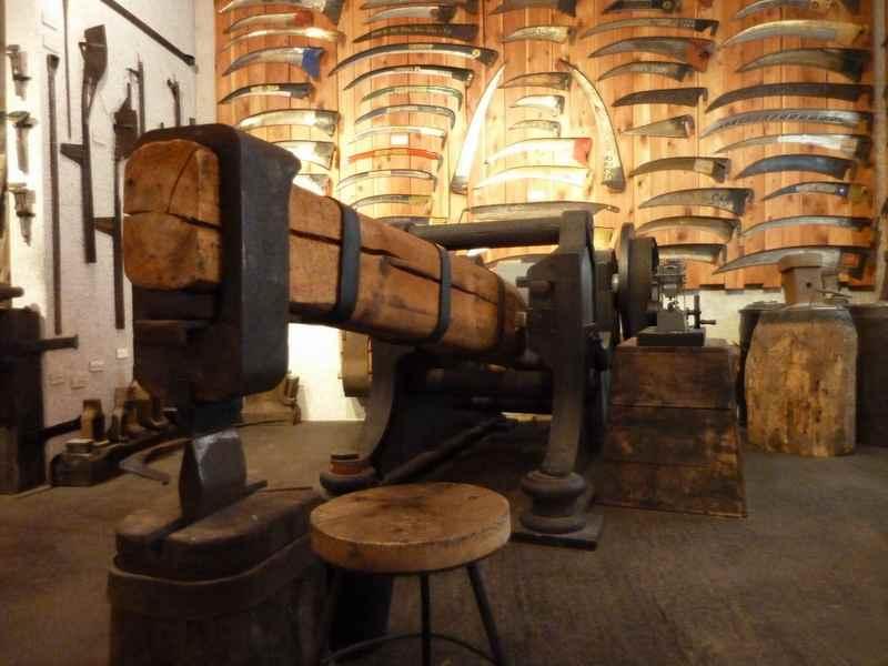 Die Sensenindustrie war groß in Jenbach, zu sehen ist das noch im Jenbacher Museum zu Füßen des Karwendel