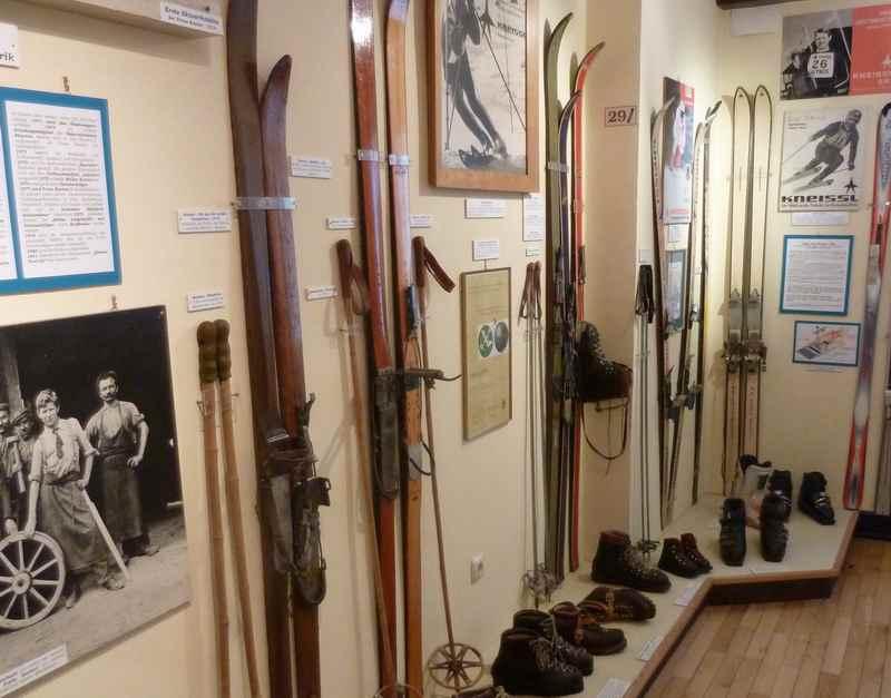 Rund um den Wintersport geht es im oberen Stockwerk des Jenbacher Museum