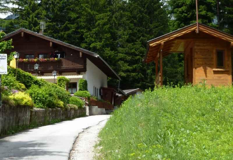 Die im Wald versteckte Jenbacher Rodelhütte im Karwendel
