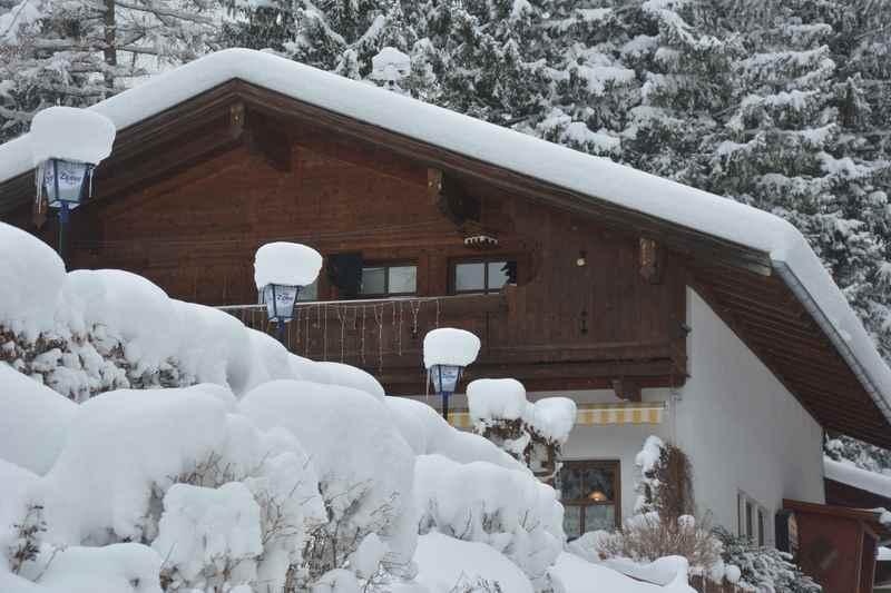 Die tiefverschneite Jenbacher Rodelhütte in Tirol, im Karwendelgebirge