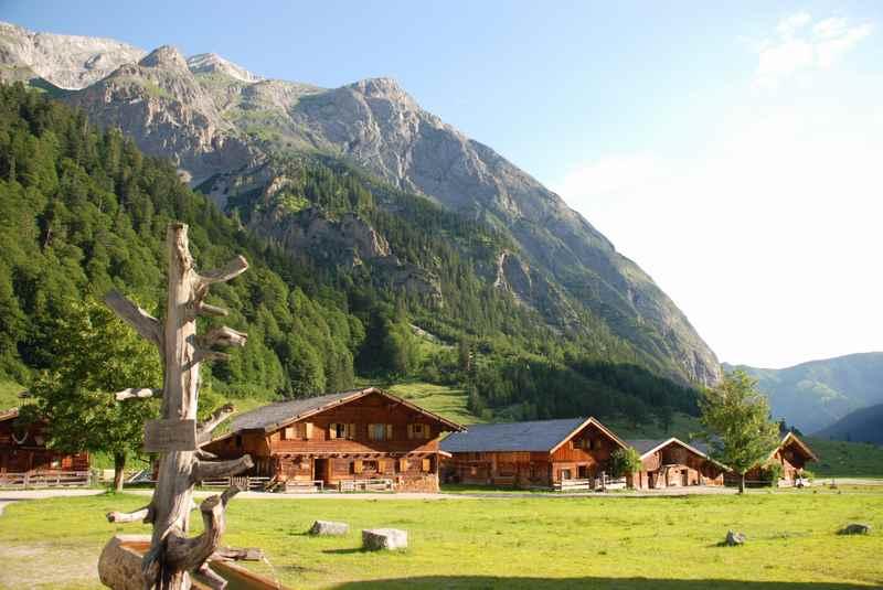 So stellen wir uns einen Sommerurlaub in den Bergen vor: Hier die schöne Engalm am Ahornboden - auf der Karwendeltour, beim Hüttenwandern im Karwendel