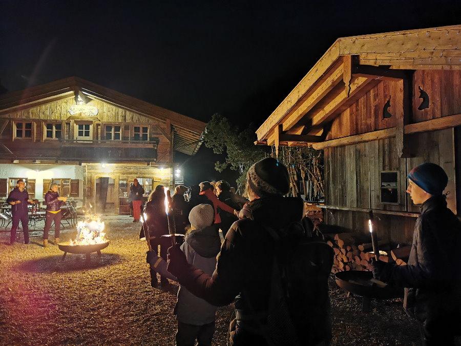Hütte im Winter mit Feuerschale vor der Kaiserschmarrn Alm