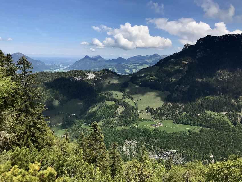 Der Blick ins Kaisertal von oben, hinten am Horizont das Inntal