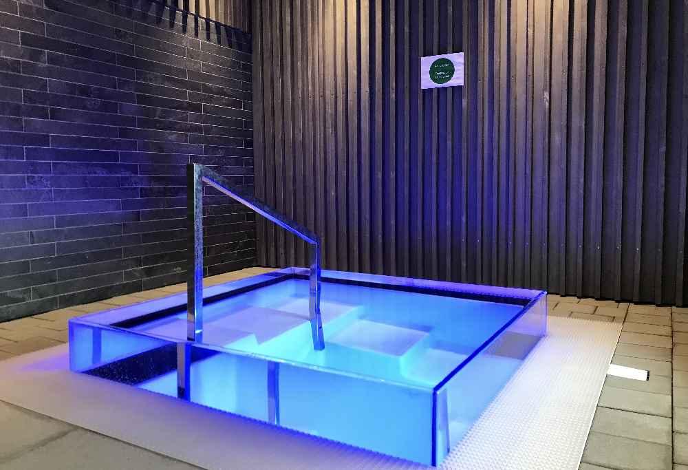 Abkühlung im stylischen Kaltwasserbecken - bei 10 Grad Wassertemperatur.