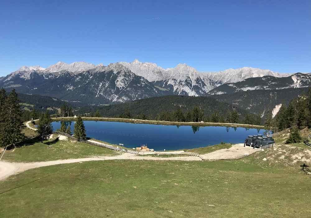 Während der Fahrt mit der Standseilbahn siehst du den Kaltwassersee - mit dem Wettersteingebirge