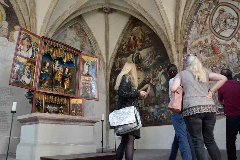 Interessant ist die St. Magdalenen-Kapelle neben der St. Nikolaus Stadtpfarrkirche in Hall