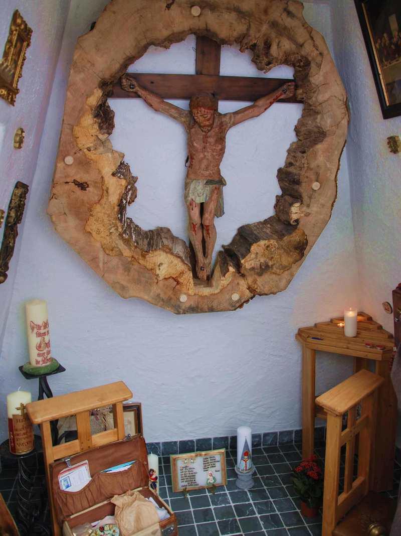 So schaut der Altar der Kapelle bei der Binsalm aus, wird für Wallfahrten genutzt