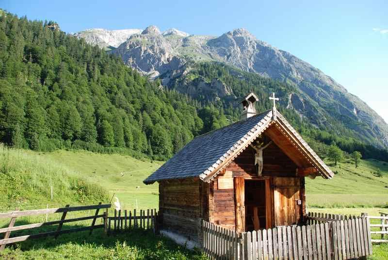 So schön liegt die Kapelle der Engalm - eine romantische Hochzeitslocation in den Bergen des Karwendel in Österreich
