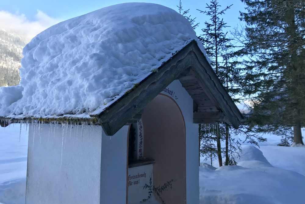 Das ist eine der 19 Kapellen in der Leutasch, diese steht direkt neben dem Winterwanderweg