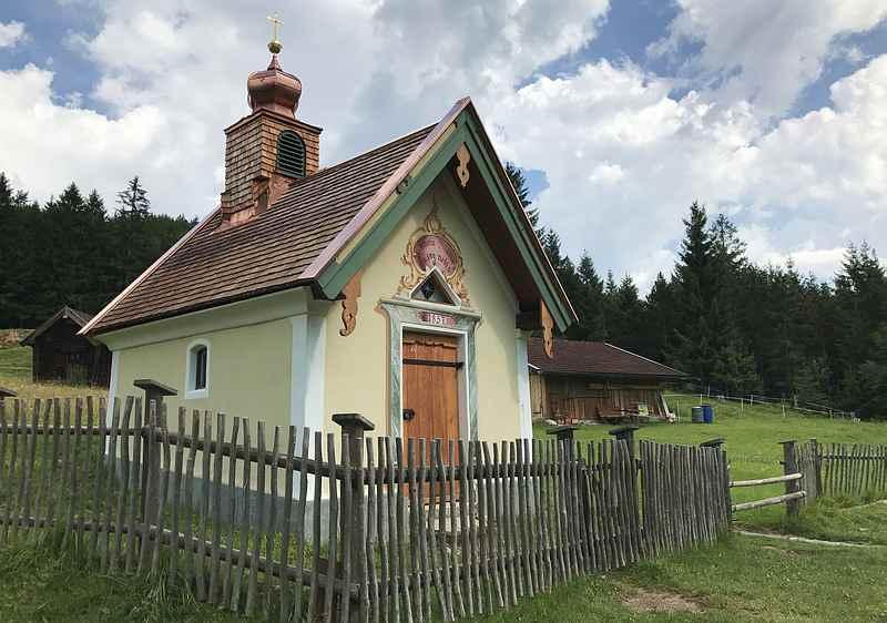 Unterhalb der Korbinianhütte steht direkt neben dem Wanderweg nach Mitenwald die Sancta Mariä Kapelle