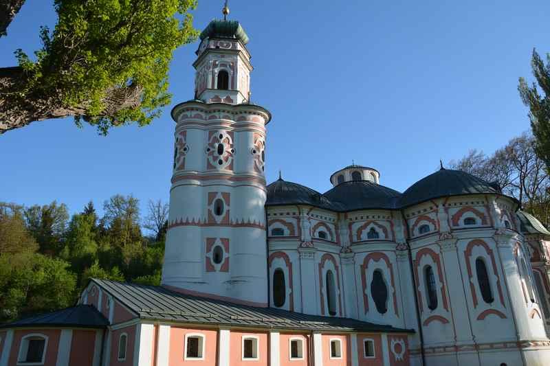 Prächtig ist der Turm der Volderskirche in Tirol