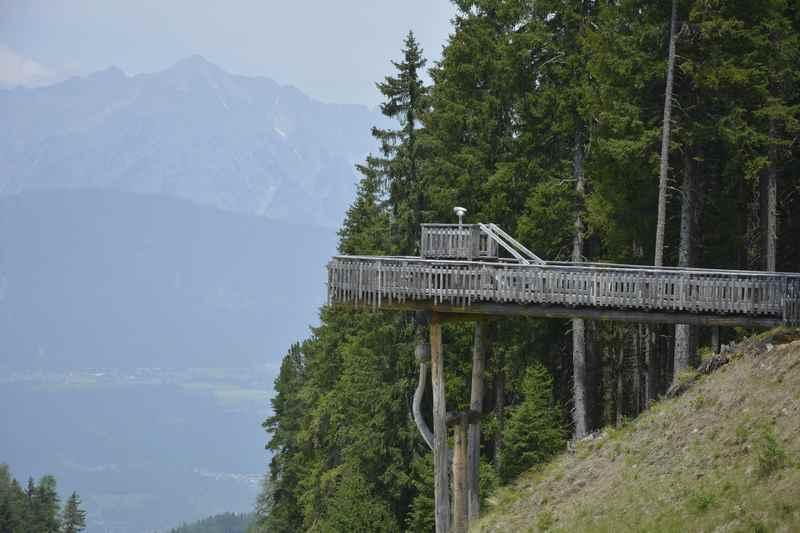 Gleich daneben ist der Aussichtsturm vom Kugelwald mit dem Karwendel