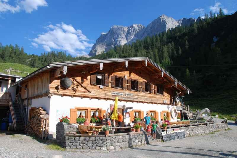Die urige Binsalm im Karwendel, oberhalb des Ahornboden und der Engalm