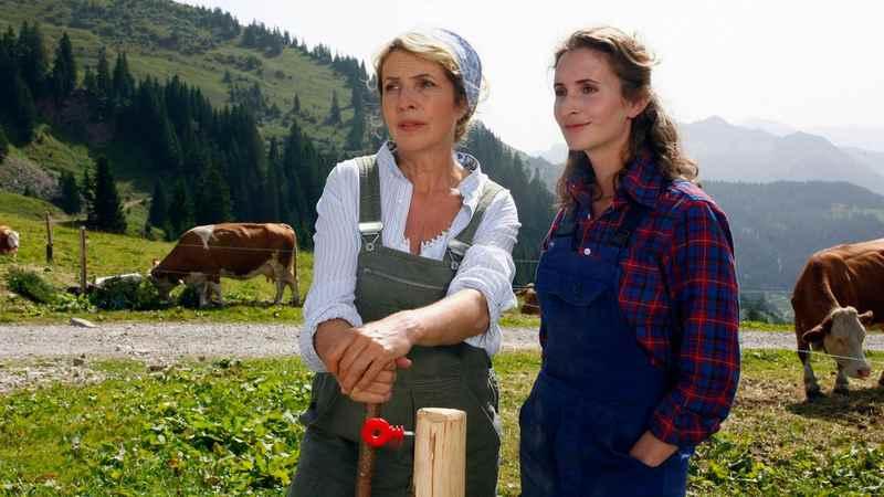 Tochter Victoria Ostler kommt auf die Alm zur Mama, hinten sieht man das Karwendelgebirge. Hier auf der Rotwandalm grasen die Kühe im Sommer wirklich. Foto: Filmproduktion