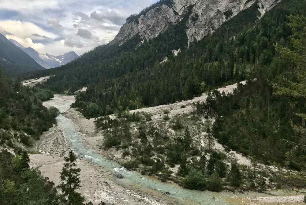Der Blick auf die Isar und das Hinterautal mit dem Karwendelgebirge
