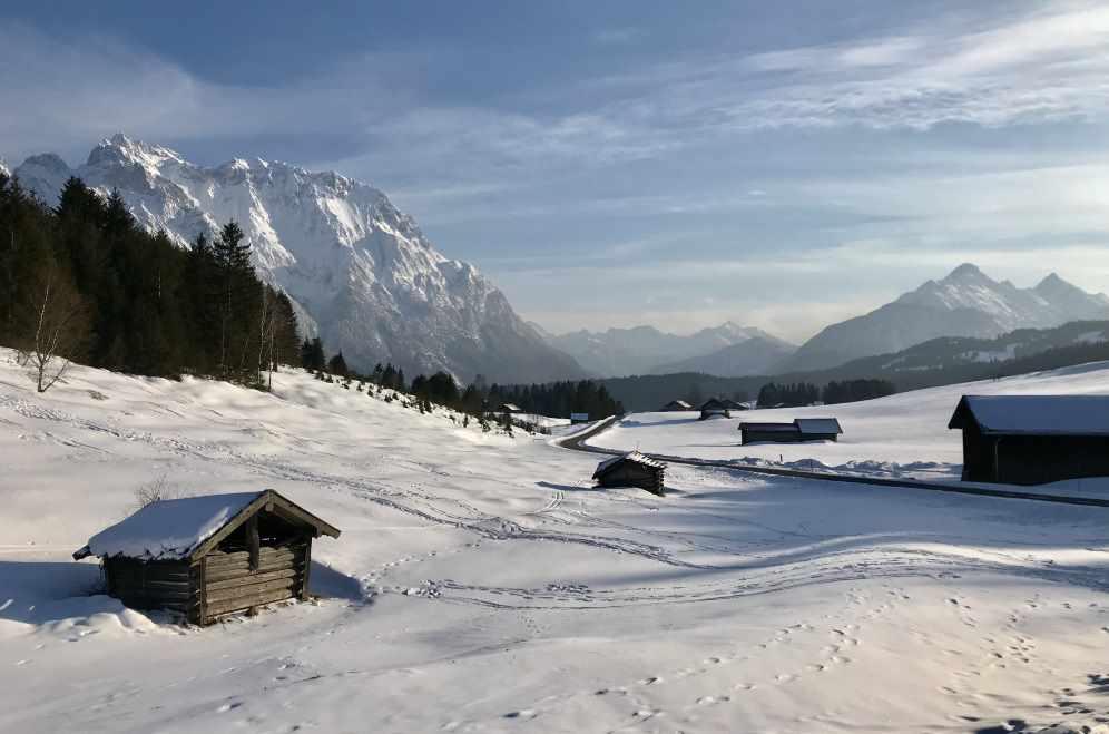 Das ist die charakteristische Winterlandschaft zwischen Mittenwald und Krün mit Karwendel und Wettersteingebirge