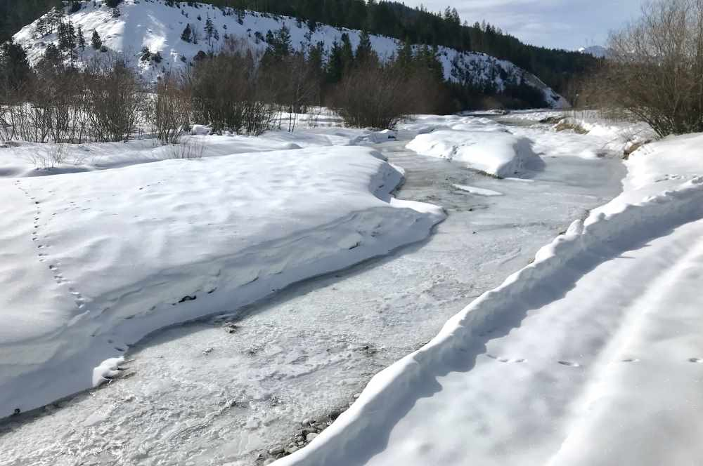 Nicht weit von der türkisgrünen Isar ist das Wasser so gefroren! Winterwonderland am Karwendel.