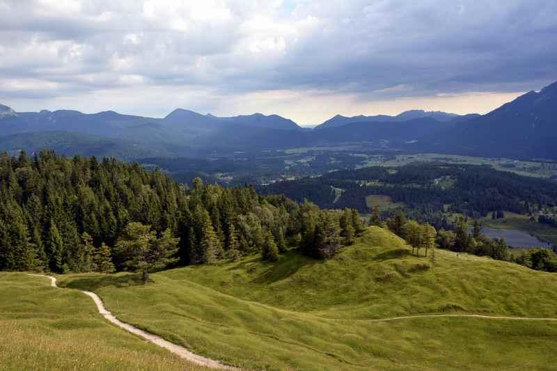 Blick vom Kranzberg über Mittenwald und das Isartal
