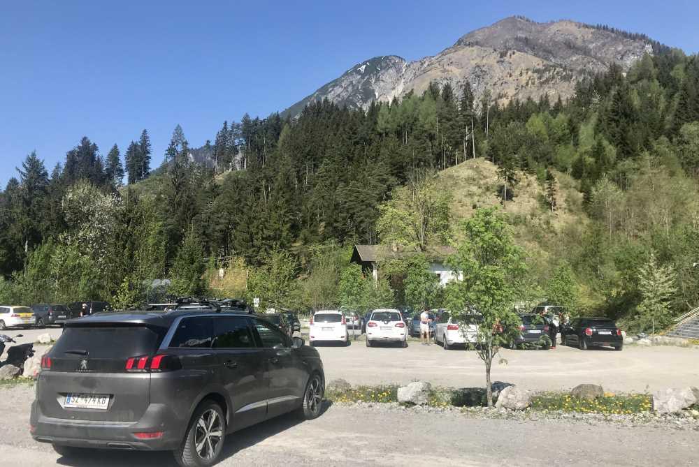 Das ist der Parkplatz am Eingang vom Halltal, neben dem SUV Peugeot 5008 sind noch ein paar Plätze